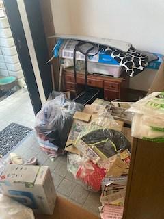 広島市東区で玄関に集められた鏡台や小物を軽トラで回収